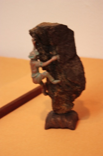 Bonsai Un hombre escalando una roca, busca un bonsai ? - Assoc. Bonsai Muro